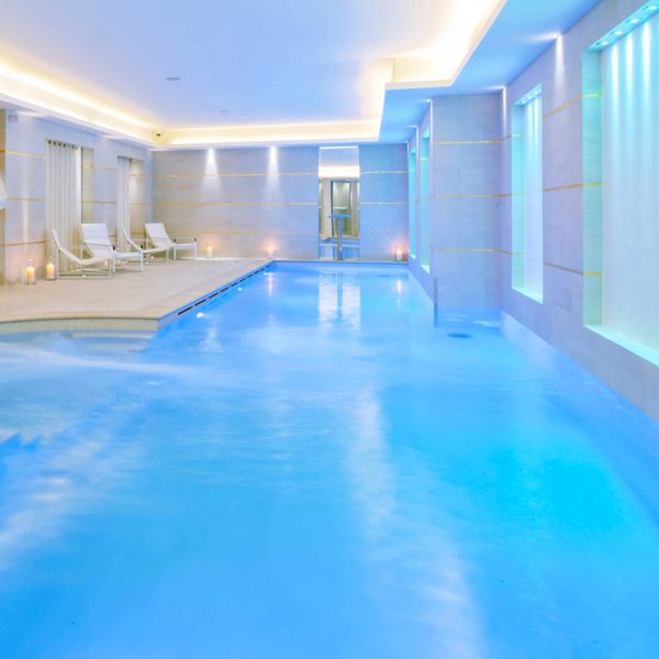 Conception de piscines haut de gamme sur-mesure pour spa hôtel.